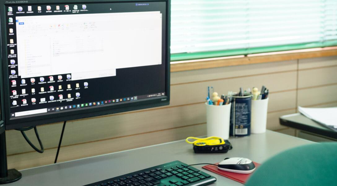 事務所のデスク